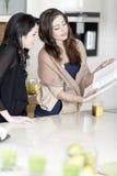 2 друз читая рецепты Стоковое Изображение RF