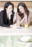 2 друз читая рецепты Стоковое Изображение