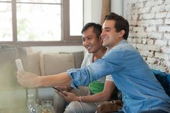 2 друз людей принимая фото Selfie умный телефон Стоковая Фотография RF