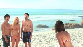 4 друз partying и после этого танцуя на пляже сток-видео