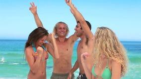 4 друз partying как белокурая девушка смотрят камеру сток-видео