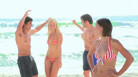 4 друз partying на пляже видеоматериал