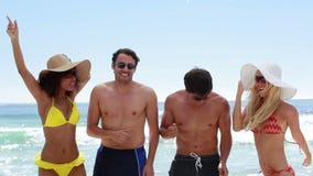 4 друз partying совместно на пляже сток-видео