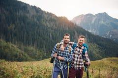 2 друз trekking совместно в горах Стоковые Изображения