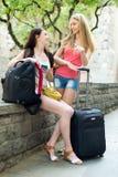 2 друз womaen с багажем на каникулах Стоковые Изображения
