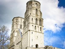 Руины аббатства Jumieges в северной Франции _аббатств быть руин монастырь строить канон регулярн в седьм стоковое изображение rf