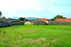 Руины амфитеатра в Ulpia Traiana Augusta Dacica Sarmizegetusa Стоковое Изображение RF