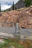 Руины археологических раскопок древнегреческия Дэлфи, Греции Стоковое фото RF