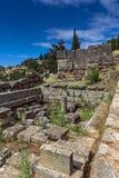 Руины археологических раскопок древнегреческия Дэлфи, Греции Стоковая Фотография RF
