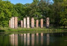 Руины Адмиралитейства отраженные в озере Парк дворца Gatchina стоковое изображение rf