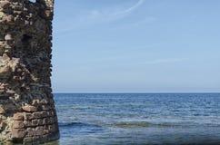 Руины башни вытекают от моря Стоковая Фотография