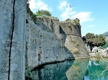 Руины башни и крепостной стены в Herceg Novi Городок Herceg Novi в Черногории Крепость в старом городке стоковое фото rf