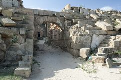 Руины больших винных бутылок leptis стоковое изображение rf