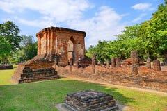 Руины буддийского виска сценарного взгляда старые Wat Tuk в парке Sukhothai историческом, Таиланда Стоковая Фотография RF