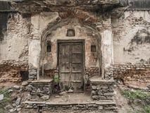 руины двери старые Стоковое Изображение