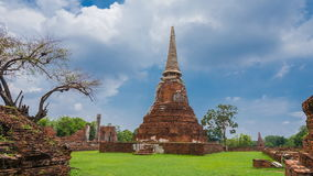 Руины виска Wat Mahathat в парке Ayutthaya историческом, Таиланде сток-видео