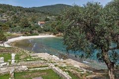 Руины в археологических раскопках Aliki, малого пляжа и оливковых дерев, острова Thassos, Греции Стоковое фото RF