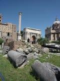 Руины в римском форуме, столбце настоящего тюленя, Риме стоковые изображения rf