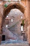 Руины в Caracalla скачут с дугой и лестницей окон большими на Стоковое Изображение