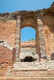 Руины греческого римского театра, Taormina, Сицилии, Италии Стоковые Фото
