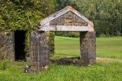 Руины дома в свежей природе стоковая фотография rf