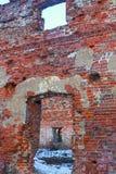 Руины дом кирпича загубил погружения двери окна остались только наружными стенами в центре снега пустоши стоковые фотографии rf