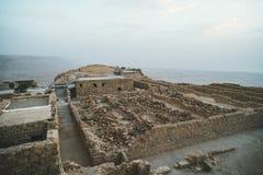 Руины древней крепости Massada на горе около мертвого моря в южном Израиле Взгляд сверху достигших возраста построенных зданий стоковые фото