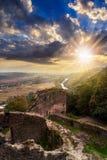Руины замка в горе на заходе солнца Стоковая Фотография