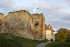 Руины замка заказа Ливонии были построены в середине XV века Bauska Латвия в осени Латышский флаг на к Стоковое Фото