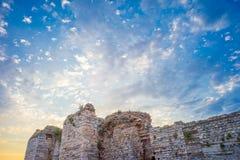 Руины замка под небом захода солнца стоковая фотография