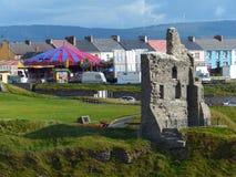 Руины замка Ballybunion и посёлок, Ирландия Стоковое Фото