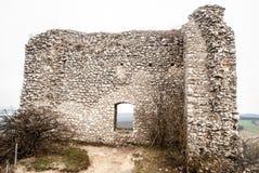 Руины замка hradek Sirotci в горах Palava на юге Стоковое Изображение RF