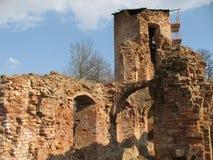 Руины замка Krevsky белизна изолированная кирпичом красная Беларусь Стоковые Изображения RF