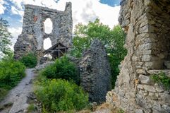 Руины замка Voda Dobra в сердце природы, Словакии стоковые изображения rf