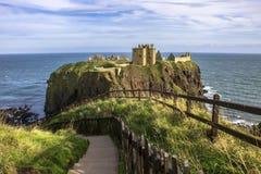 руины замока dunnottar Stonehaven, Aberdeenshire, Шотландия стоковые изображения rf