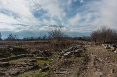 Руины здания на археологических раскопках Dion с держателем Olympus стоковое изображение