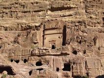 Руины и пещеры древнего города в утесах в Petra, бывшей столице Джордан стоковое изображение rf