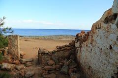 Руины морем. Мальорка. Испания. стоковые изображения
