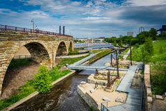 Руины на мельнице губят парк и каменный мост свода, внутри к центру города стоковые изображения