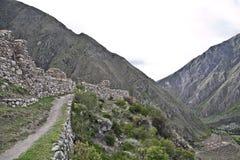 Руины на следе Inca к Machu Picchu Внушительная тропа стоковые изображения