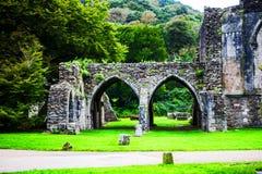 Руины нормандского аббатства на парке Margam стоковое фото