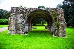 Руины нормандского аббатства на парке Margam стоковые фото