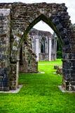 Руины нормандского аббатства на парке Margam стоковое изображение rf
