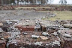 Руины одного из крематориев на концентрационном лагере нациста Освенцима Birkenau Этот крематорий был разрушен еврейскими пленник стоковые изображения