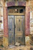 Руины дома старой двери деревенские стоковое фото rf