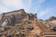Руины пагоды Mingun при турист идя вниз от вершины пагоды Стоковые Фотографии RF