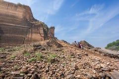 Руины пагоды Mingun при турист идя вниз от вершины пагоды Стоковая Фотография RF