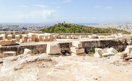 Руины перед пейзажем Афин стоковое изображение rf