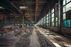 Руины получившихся отказ фабрики или склада, большого страшного и пустого промышленного сужения стоковая фотография