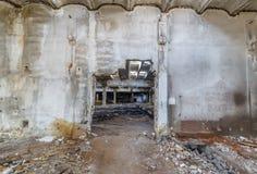 Руины разрушенных зданий промышленного предприятия покинутых или стоковое изображение rf